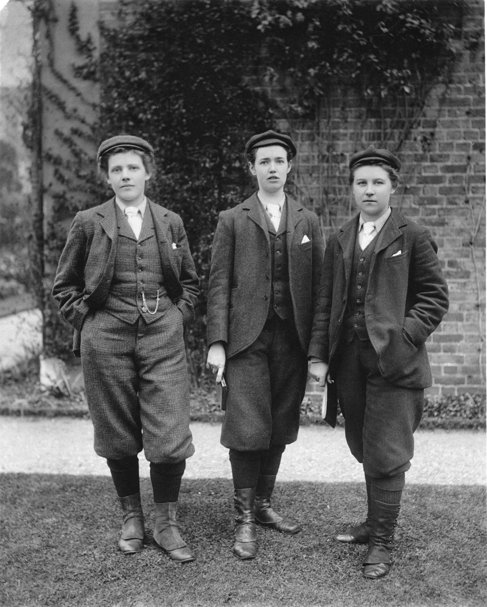 Photo of Kew's first lady gardeners, 1898