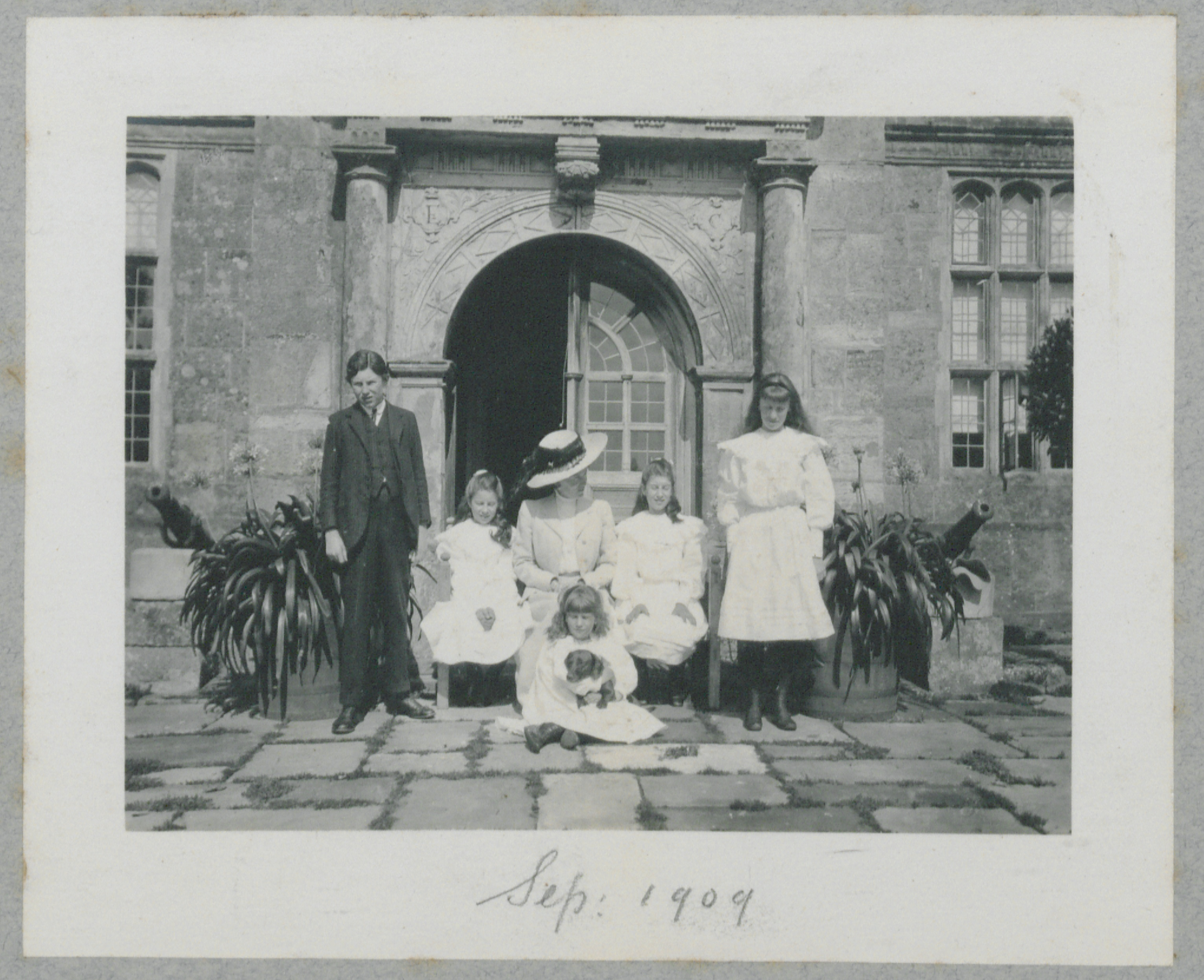 The family of Loder stand out in front of the Mansion