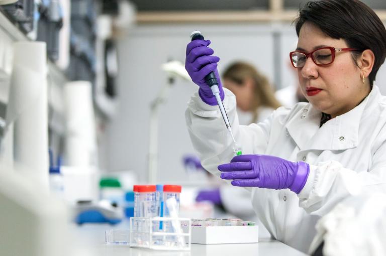 Scientist in Kew's Jodrell Laboratory