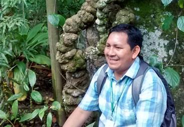 Dagoberto Azevedo (Tukano) at JBRJ with Banisteriopsis caapi (ayahuasca), a culturally important plant in the upper Amazon (Image: M. Nesbitt)